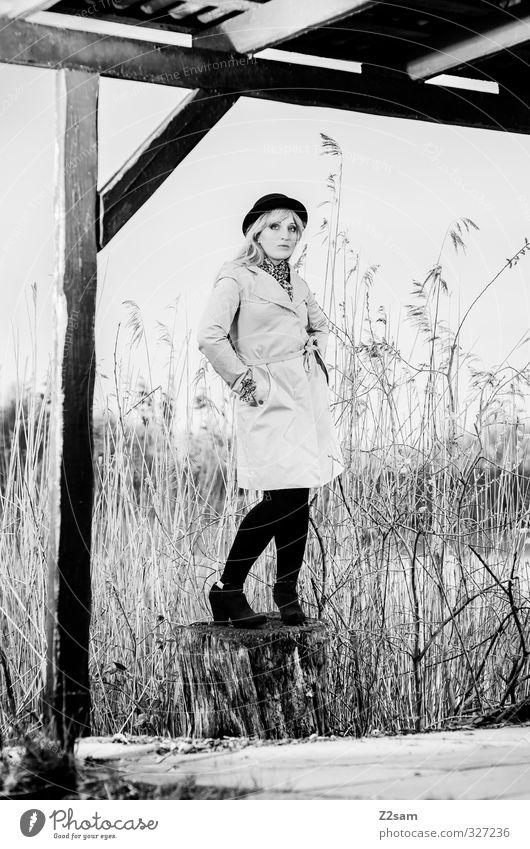 SPRING 2013 Lifestyle elegant Stil feminin Junge Frau Jugendliche 18-30 Jahre Erwachsene Natur Frühling Baum Sträucher Schilfrohr Seeufer Mode Mantel Stiefel