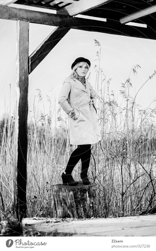 SPRING 2013 Natur Jugendliche schön Baum ruhig Junge Frau Erwachsene feminin Frühling 18-30 Jahre Traurigkeit See Denken Stil Mode blond