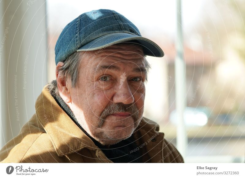 Mann mit Basecap Mensch maskulin Männlicher Senior 1 60 und älter beobachten Denken Erholung Lächeln Blick warten authentisch selbstbewußt Gelassenheit