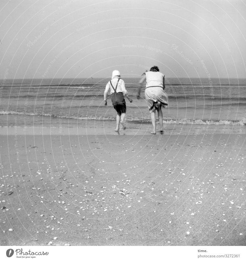 steife Brise meer windig sommer muscheln wellen urlaub leben laufen gemeinsam zusammen horizont sand strand küste ferien analog sw schwarzweiß lebendig