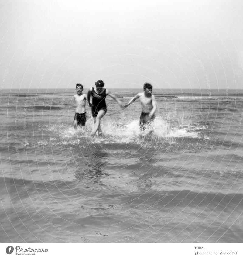 Ferienrausch | Dreiklang baden meer sommer badespaß wellen urlaub spritzen leben laufen rennen gemeinsam zusammen badehose badeanzug sonnenlicht horizont