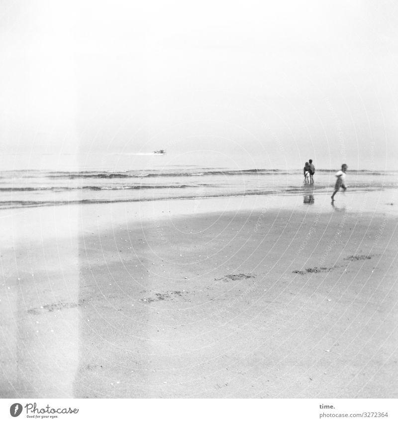 Fernglas holen, Schiffe gucken meer sommer wellen urlaub leben laufen rennen gemeinsam zusammen schiff horizont stehen sand strand fußspuren küste ferien analog