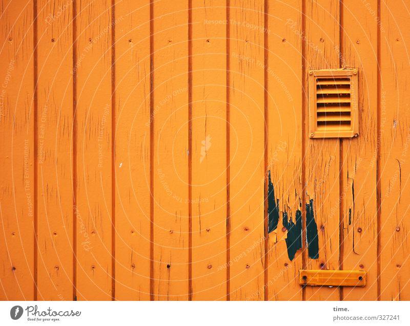 Rømø | Die Spülung könnte mal repariert werden Mauer Wand Fassade Lüftungsschlitz lackiert Profilholz Holz alt eckig kaputt nass trashig orange Design Duft