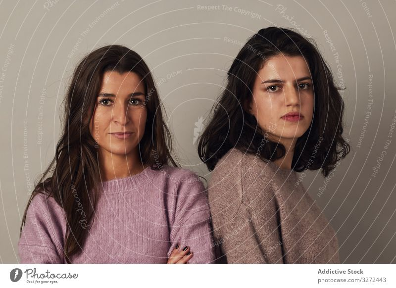 Zuversichtliche verschiedene Freundinnen im Studio selbstbewusst Atelier Frau Zusammensein positiv Vorschein Teint Individualität Persönlichkeit