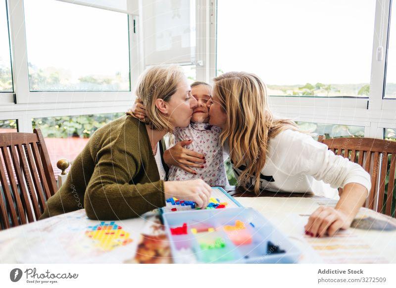 Frau spielt Brettspiel mit Tochter und Enkelin spielen Holzplatte Familie Spiel generationenübergreifend Mutter Töchter Zusammensein Spaß Glück Großmutter
