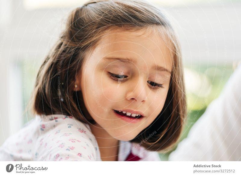 Süßes kleines Mädchen spielt Spiel spielen Lächeln involviert Partizipation Spaß Glück Kind Kindheit wenig niedlich bezaubernd dunkles Haar freudig heiter