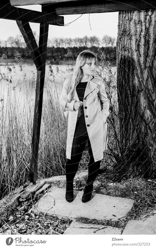 SPRING 2013 Lifestyle elegant Stil feminin Junge Frau Jugendliche Umwelt Natur Landschaft Frühling Baum Sträucher Seeufer Mode Mantel Damenschuhe blond