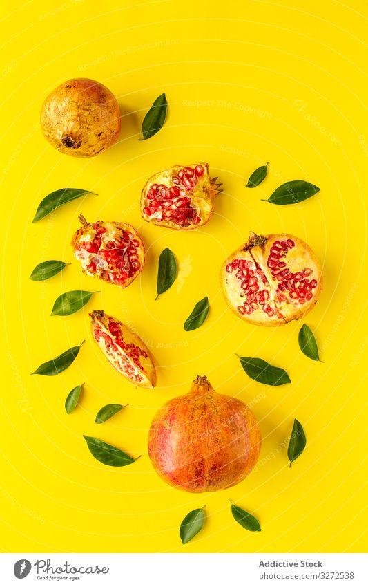 frischer Granatapfel der Saison von oben Lebensmittel Entzug Frucht reif Hintergrund Gesundheit saftig süß vereinzelt Vegetarier Veganer roh Diät geschnitten