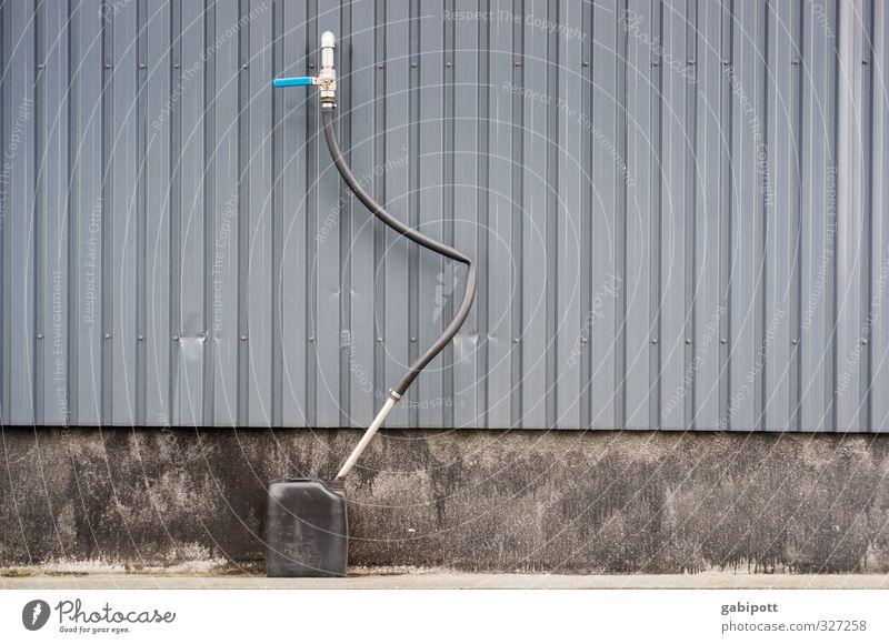 rømø | Auftanken Mauer Wand Fassade blau grau Zufriedenheit Konkurrenz Mobilität Ordnung Perspektive Güterverkehr & Logistik Kanister Schlauch Linie graphisch