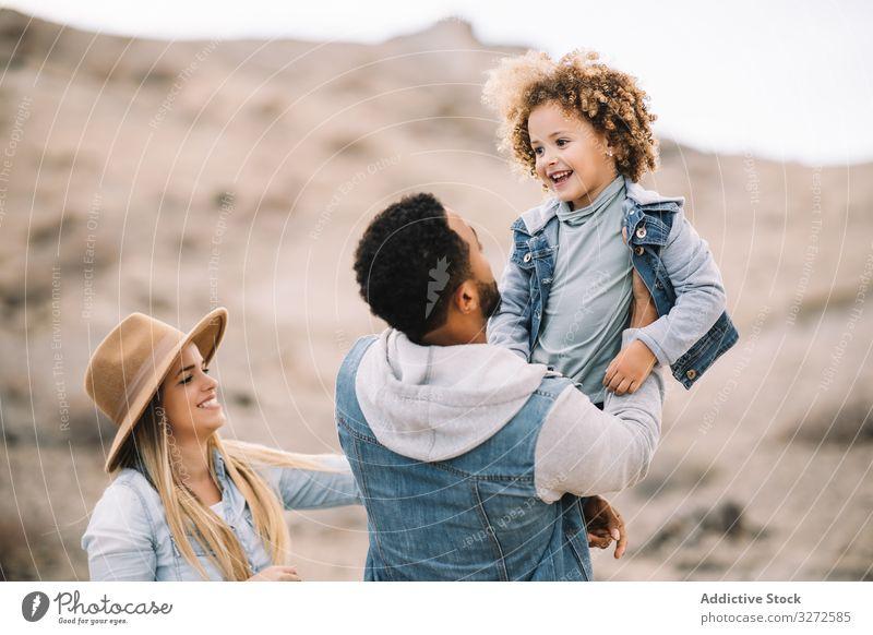 Fröhliches multiethnisches Familientreffen über die Natur Spaß Eltern Kleinkind spielen ruhen Sand Lächeln Glück heiter Lifestyle modern Kind Mann Bonden Liebe