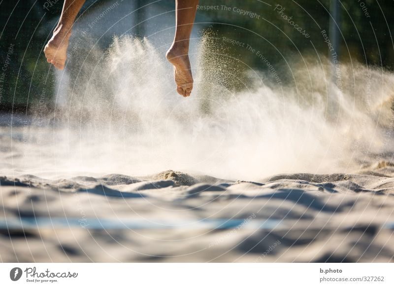 in the air air Sport Volleyball Fuß 1 Mensch 18-30 Jahre Jugendliche Erwachsene springen Sand luftig Sprung Farbfoto Außenaufnahme Detailaufnahme