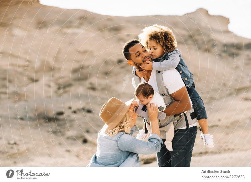 Vielfältige Familie hat Spaß im Urlaub Natur Elternschaft Kinder Lächeln Glück heiter Lifestyle modern Ehemann Bonden Liebe Angebot lässig schwarz multiethnisch