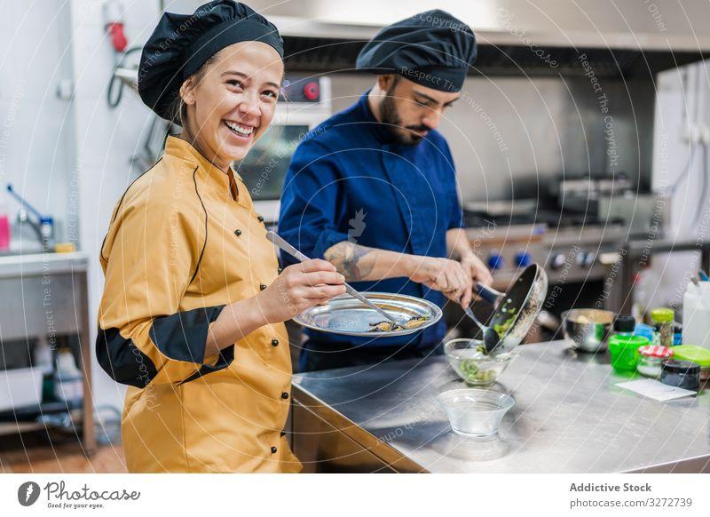 Profiköche bei der Zubereitung von Speisen in der Restaurantküche Kollegen Küche Arbeit vorbereiten Küchenchef Assistent professionell Koch Lebensmittel