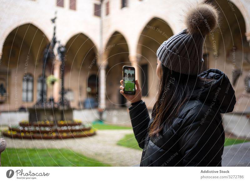 Inhalt Asiatische Reisende in warmer Kleidung fotografiert auf Smartphone während einer Stadtbesichtigung in der Altstadt Frau Tourismus Sightseeing Foto Bild
