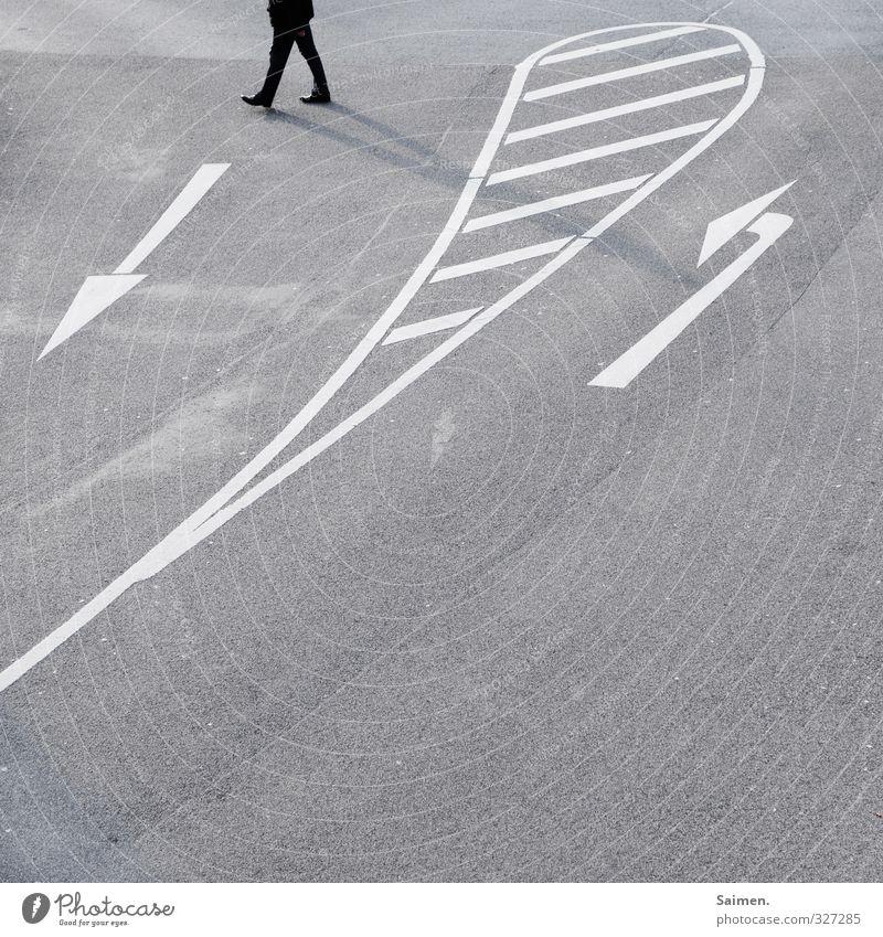 umwege Mensch 1 Verkehrswege Straße Straßenkreuzung Wege & Pfade Wegkreuzung Hose Schuhe gehen laufen einzigartig Neugier Stadt grau Gefühle Stimmung