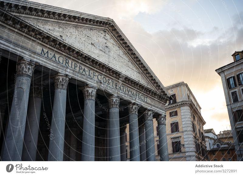 Fassade eines antiken Tempels bei Sonnenuntergang Außenseite Architektur Straße Großstadt Pantheon Rom Italien Wahrzeichen Standort Ort Ausflugsziel berühmt