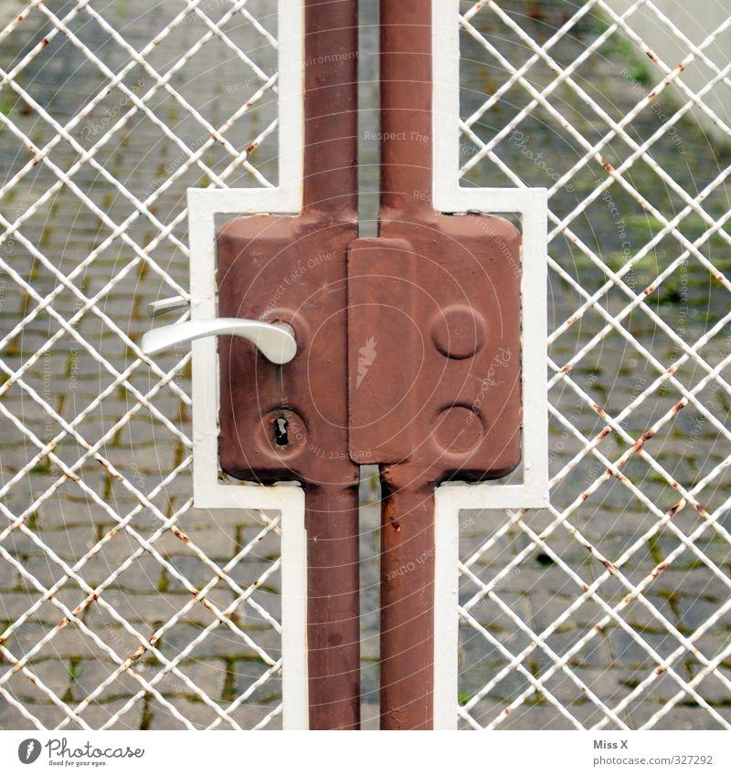 Zaunkreuz Häusliches Leben Tür alt Türschloss Schloss Griff Tor Metallzaun Rost Farbfoto Außenaufnahme Muster Menschenleer Textfreiraum links