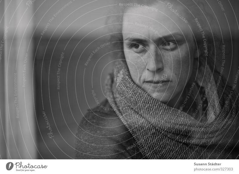 rømø | gedankenmai feminin Junge Frau Jugendliche Kopf 1 Mensch 18-30 Jahre Erwachsene Denken träumen Schal Sommersprossen nachdenklich Porträt Schwarzweißfoto