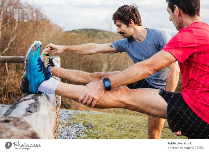 Sportler, die sich nach dem Laufen in den Bergen strecken Berge u. Gebirge Atem Läufer ruhen Männer sportlich sich[Akk] entspannen Pause Natur aktiv Jogger