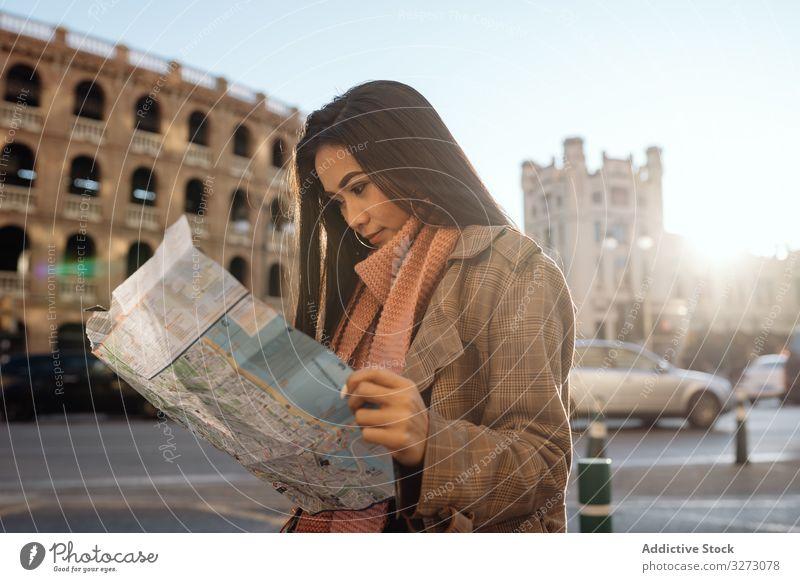 Asiatische touristische Lesekarte in der Stadt Frau Landkarte Großstadt lesen Tourist ethnisch Sightseeing historisch Urlaub Anleitung asiatisch sonnig tagsüber