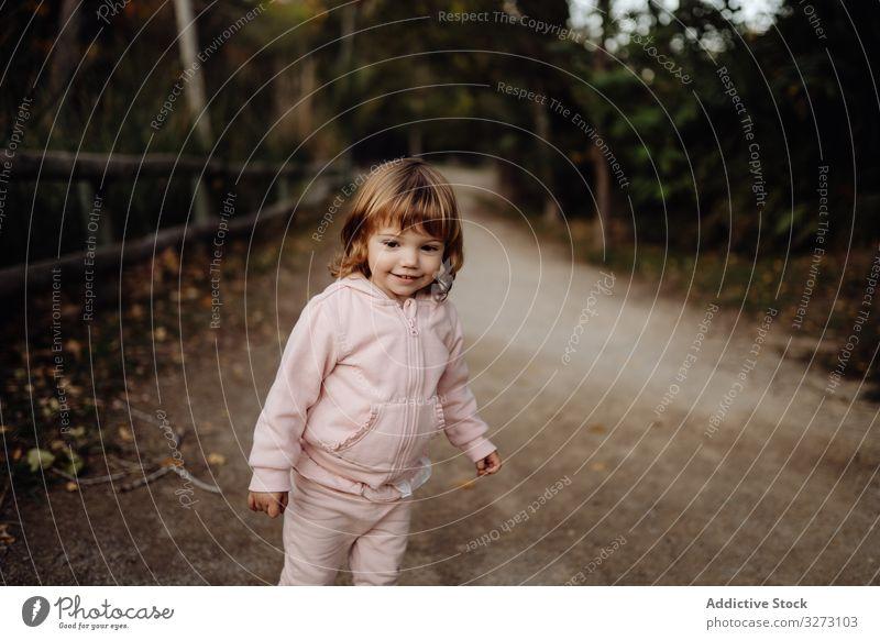 Fröhliches Mädchen im Park aktiv spielerisch Spaß heiter Kindheit Natur Freude Aktivität Genuss begeisterte Garten freudig Unschuld Vergnügen Feiertag