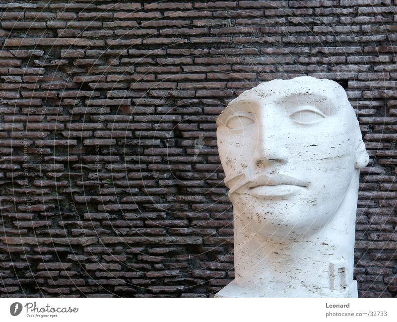 Skulptur 3 Mensch Mann Gesicht Stein Mauer Gebäude Kunst Statue Handwerk historisch Rom Ausstellung Schädel