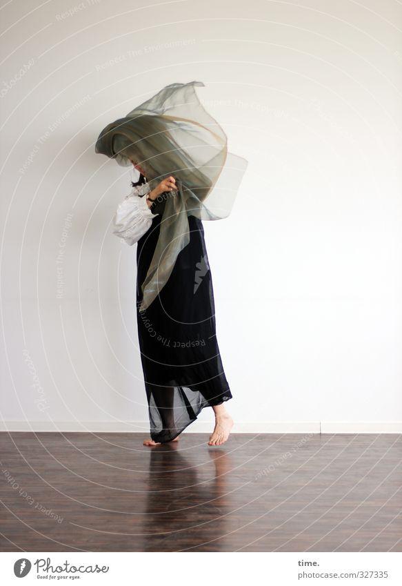 Der Winter will nicht weichen (Ausdruckstanz III) 1 Mensch Künstler Theaterschauspiel Bühne Tanzen Tänzer Tanztheater Rock Tuch kämpfen stehen ästhetisch
