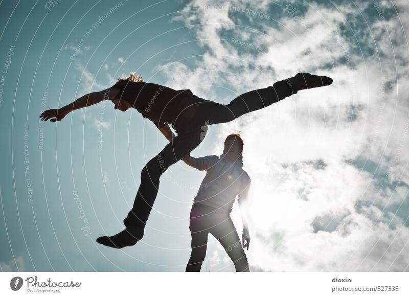 rømø | learning to fly Mensch Frau Himmel Mann Jugendliche Freude Wolken Erwachsene Umwelt feminin 18-30 Jahre springen Freundschaft Luft Zusammensein Wetter