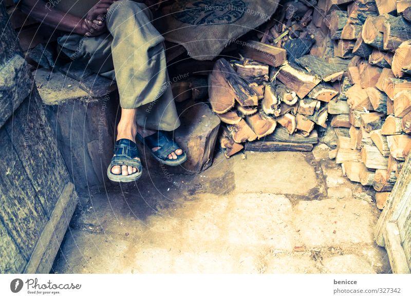 Holznbeine Mensch Mann Haus Beine Fuß sitzen Armut Asien Hütte Indien Sandale Brennholz Flipflops Hausschuhe