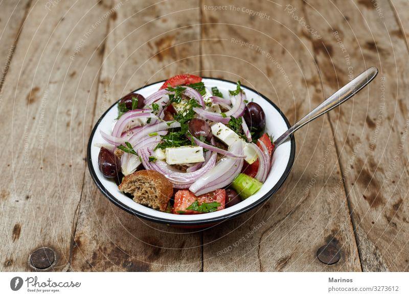 Griechischer Salat. Käse Gemüse Essen Mittagessen Abendessen Vegetarische Ernährung Diät Teller frisch grün rot Salatbeilage Griechen Feta Lebensmittel Mahlzeit