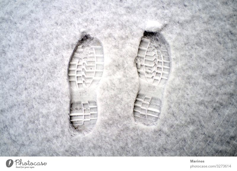 Fußabdrücke auf Schnee. Winter Natur Wetter Schuhe Fußspur frisch weiß kalt laufen Jahreszeiten Spur Bahn Spuren Fußstapfen Stiefel Aussicht gefroren treten
