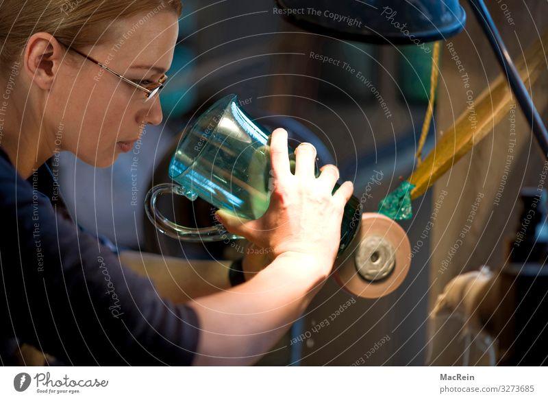 Glasschleiferin Frau Erwachsene Design ästhetisch Beruf Fabrik Schleife Produktion Arbeiter produzieren Poliert Glasbläser Schleifmaschine Handwerksmeister
