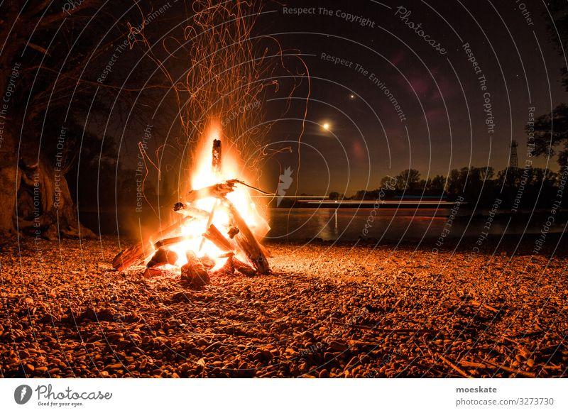 Lagerfeuer in einer Sommernacht am Fluss Frühling Küste Seeufer Flussufer Strand heiß Feuerstelle Lagerfeuerstimmung Natur Nacht Farbfoto Gedeckte Farben