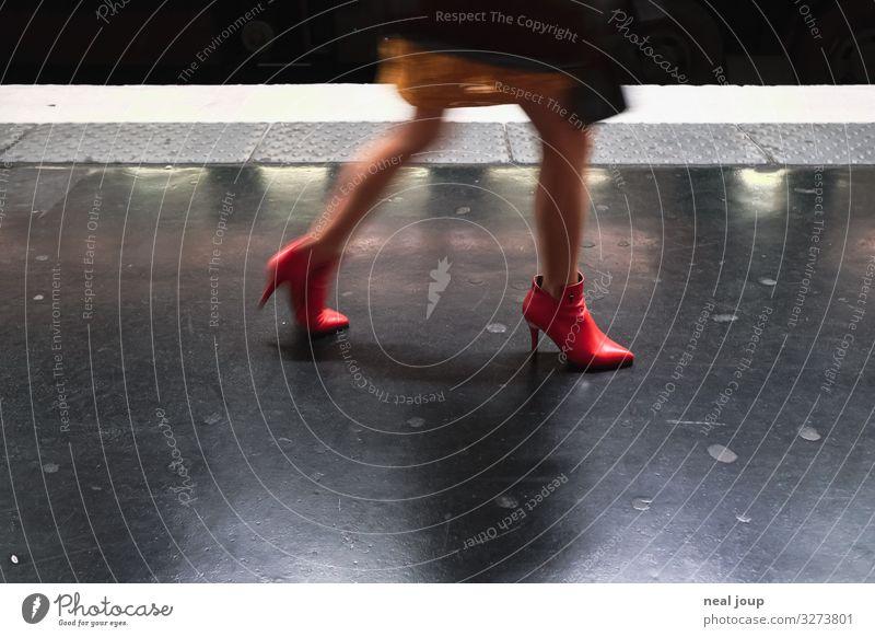 Clicking red heels Lifestyle kaufen elegant Nachtleben feminin Frau Erwachsene Beine Fuß Paris Personenverkehr Schienenverkehr U-Bahn Damenschuhe Stiefelette
