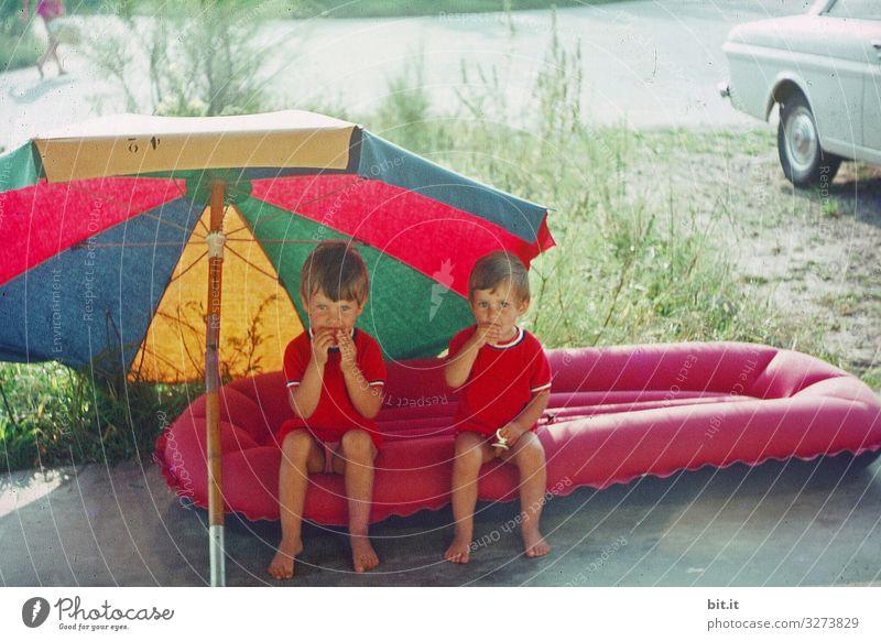 So läßt es sich aushalten... Mädchen Kindererziehung Duo Gemeinsam Essen Pause gemeinsam zusammen sommer Geschwister Freude Luftmatratze Sonnenschirm 60s