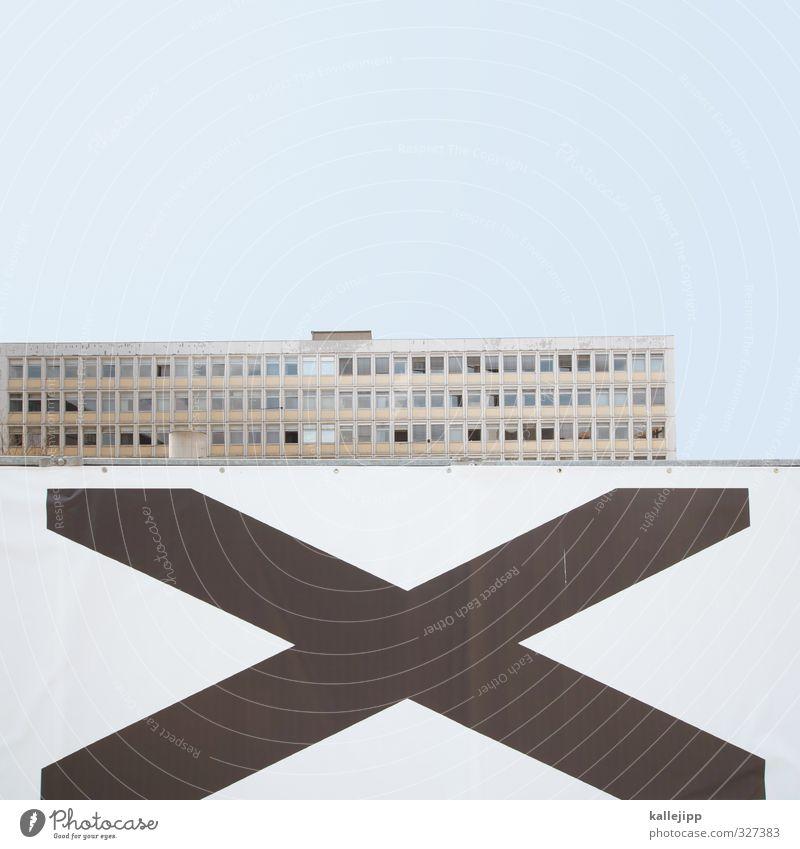 x-factor Stadt Haus blau Bauzaun Plattenbau Abdeckung Farbfoto Außenaufnahme Licht Schatten Kontrast