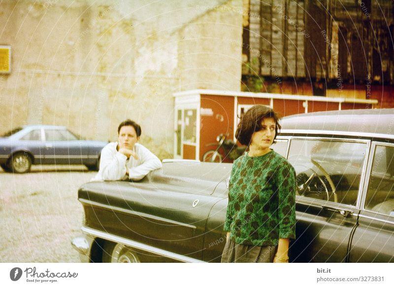 alt l zwei gelangweilte, ziellose, junge Frauen unterwegs auf Road Trip mit altem Auto. Roadmovie zweier Freundinnen, zusammen auf Fahrt mit schwarzem nostalgischem Oldtimer. Beste Freundinnen, Aussteiger auf filmreifer Reise, Flucht, Fahrt ins Ungewisse.
