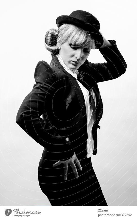 1800! charlie? Lifestyle elegant Stil feminin Junge Frau Jugendliche 18-30 Jahre Erwachsene Tanzen Mode Accessoire Schal Hut stehen blond retro schön Coolness