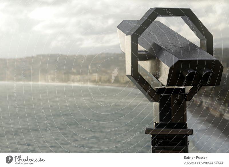 Fernglas mit der Küste Nizzas im Hintergrund blau weiß Meer Ferne Strand Erde Regen Horizont Wellen Schönes Wetter Sehenswürdigkeit Unendlichkeit Städtereise