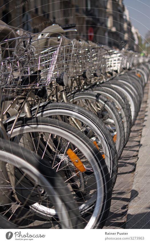 Eine Reihe Rental Bikes in Paris Sightseeing Städtereise Fahrrad Stadtzentrum fahren grau einzigartig rental bike leihfahrrad Fahrradfahren Mobilität Farbfoto