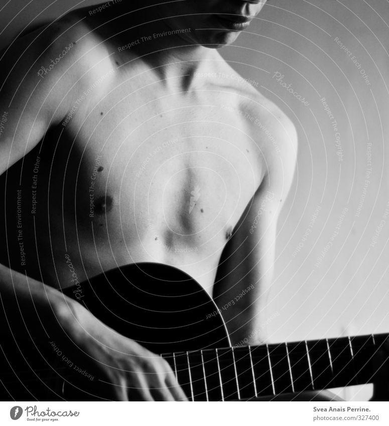 sanft. maskulin Junger Mann Jugendliche Körper Haut Brust Bauch 1 Mensch 18-30 Jahre Erwachsene festhalten träumen nackt natürlich Zufriedenheit Gitarre