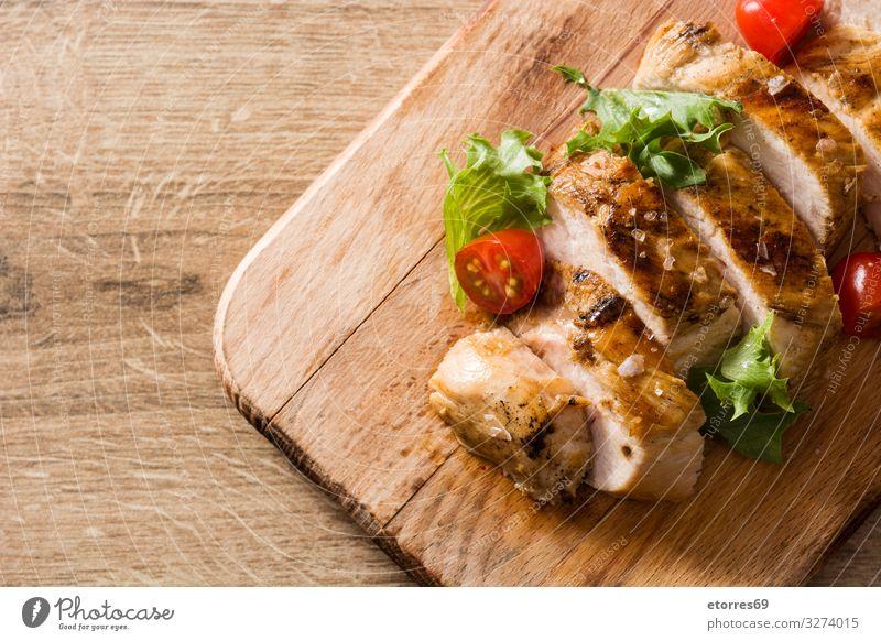 Gegrillte Hähnchenbrust mit Gemüse auf Holztisch Lebensmittel Gesunde Ernährung Foodfotografie Fleisch Mahlzeit Abendessen Teller Salatbeilage braten grillen
