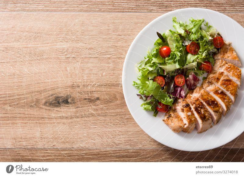 Gegrillte Hähnchenbrust mit Gemüse auf Holztisch. Lebensmittel Gesunde Ernährung Foodfotografie Fleisch Mahlzeit Salatbeilage Abendessen Teller grillen weiß
