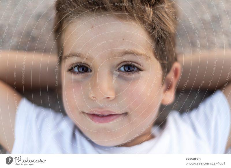 Nahaufnahme eines süßen Jungen, der am Strand liegt Lifestyle Freude Glück schön Gesicht Erholung ruhig Spielen Ferien & Urlaub & Reisen Sommer Kind Mensch