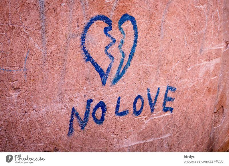 gebrochenes Herz, blaues Graffiti auf einer altrosa Wand Trennung Partnerschaft Mauer Schriftzeichen Traurigkeit Liebe authentisch Verliebtheit Liebeskummer