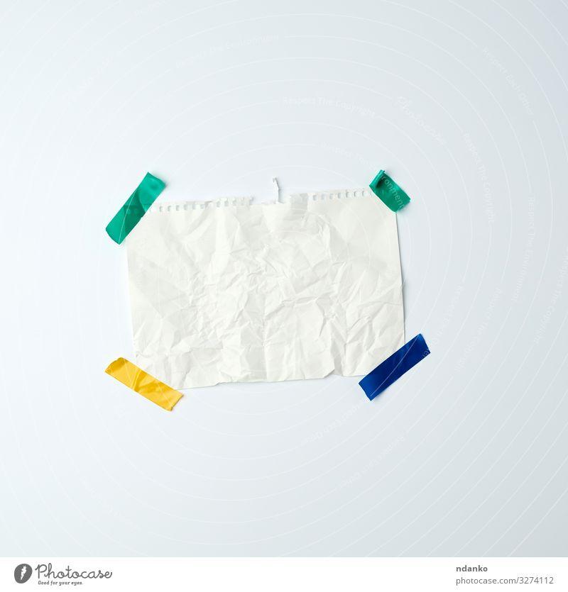 weißes, zerknittertes Blatt Papier Design blau grün Werbung Stecknadel Beitrag Klebstoff Hintergrund blanko Karton Mitteilung Kopie Bügelfalte gefaltet leer