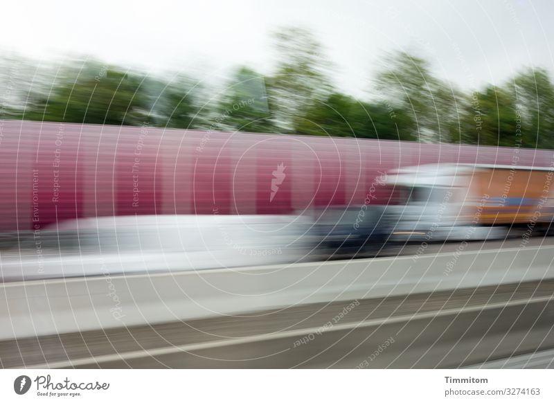 Verkehr Güterverkehr & Logistik Straßenverkehr Autobahn Fahrzeug PKW Lastwagen fahren Geschwindigkeit grau grün rot weiß Bewegung Farbfoto Außenaufnahme