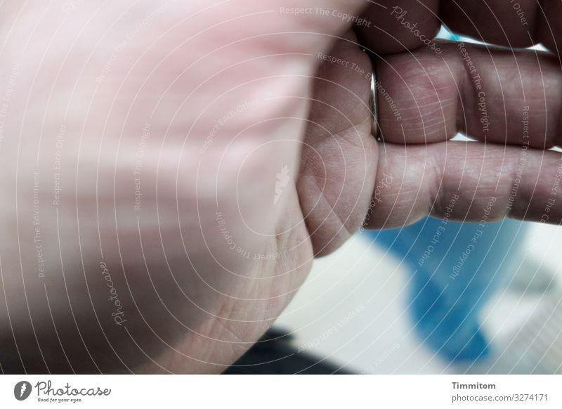 Hautsache | Objektivdeckel aufsetzen Mensch Hand Kunst Ausstellung Veranstaltung Ring beobachten Blick blau rosa schwarz weiß Gefühle Freude zuhalten