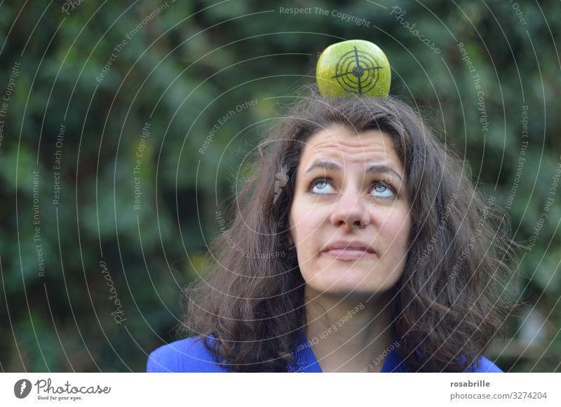 verloren | wenn er nicht trifft - Frau mit Apfel auf dem Kopf auf dem eine Zielscheibe gezeichnet ist, schaut sehr skeptisch Erwachsene 30-45 Jahre brünett