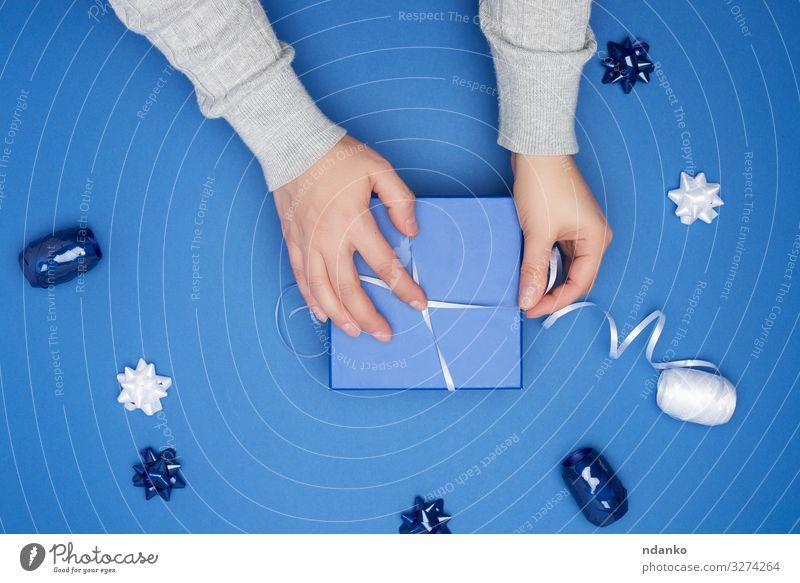 geschlossenes quadratisches blaues Feld mit Schleife Dekoration & Verzierung Feste & Feiern Weihnachten & Advent Silvester u. Neujahr Geburtstag Frau Erwachsene